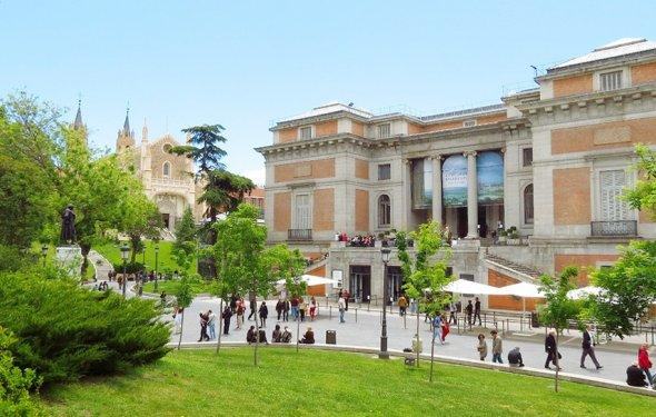 Вход в музей Прадо в Мадриде