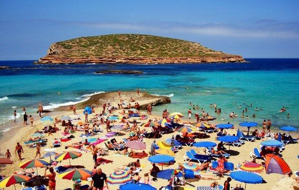 На пляжах много нудистов всех